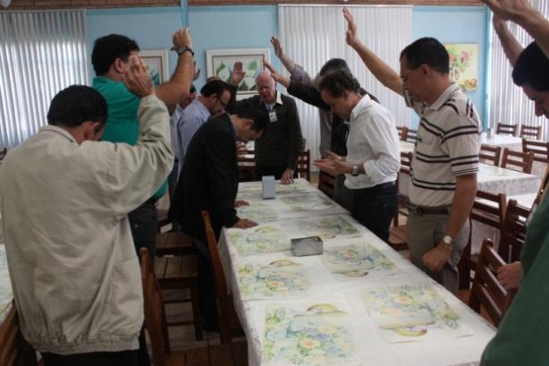 pastores da maranata orando para deputado amigo da obra